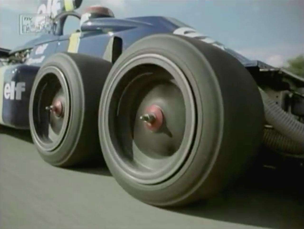 画像: エンジンは当時のプライベーターたちに愛されたコスワースV8。空気抵抗を減らしつつも、前側のグリップを確保するための手段が、この特徴的な小径4輪フロントタイヤでした。このシーンでは、タイヤをよく映すためにフロントウィングが外されていますね。 www.youtube.com