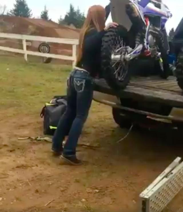 画像: このスタイルの良いお姉さん、なぜかラダーを折りたたんだまま地面に置いています・・・? www.facebook.com