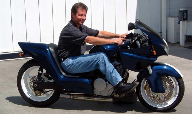 画像: 4度の世界ロードレースGP王者、エディ・ローソンも限られたアリゲーターのオーナーのひとりです。彼はテストライダーとしても、アリゲーター開発に貢献しています。 allamericanracers.com