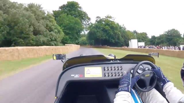 画像: ロック・トゥ・ロックが2回転以下くらいのステアリングを、忙しく操作するドライバー。暴れる620Rを相手に、一瞬も気が抜けないドライビングですね・・・。 www.youtube.com