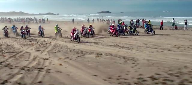 画像: ステージ4は、かつての王者マルク・コマが監修したダカール・ラリー史上最長となる砂のステージとなりました。15台が一列に並びスタートするシーンは、まるで仏ルトゥケみたいなビーチレースみたいでしたね。 www.youtube.com