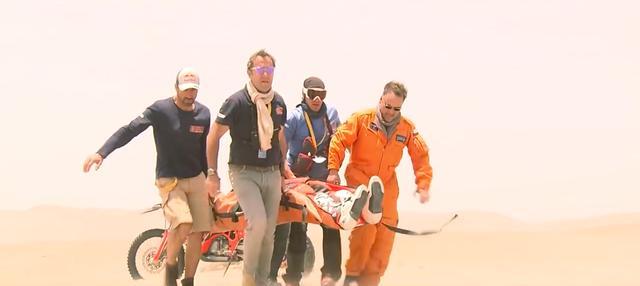 画像: 第4ステージでは、昨年度の王者であるサム・サンダーランド(KTM)がハードクラッシュによるケガでリタイアという波乱も・・・。 www.youtube.com