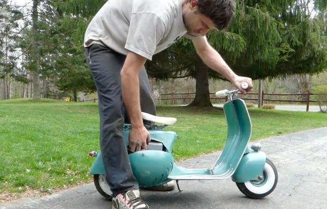 画像: こちらは1950年代の、俗称「フェンダーライト」のベスパスクーターのミニ・バージョンですね! www.youtube.com