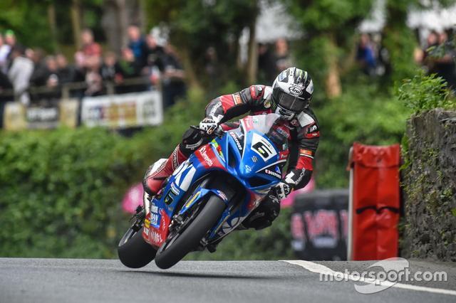 画像: 昨年のマン島TTでスズキを駆るダンロップ氏 www.motorsport.com