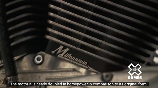 画像: ダイアナちゃんの言うとおり? かつてスポーツスターだった・・・と言えるほど、マシンはモディファイされています。「エンジンはほぼ倍の馬力を、オリジナルのスポーツスターよりひねり出しています」 ←わりと忠実な訳? www.youtube.com