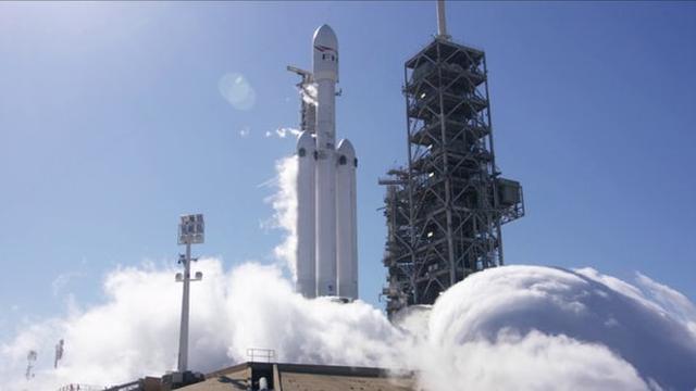 画像: SpaceX fires up Falcon Heavy rocket ahead of maiden launch