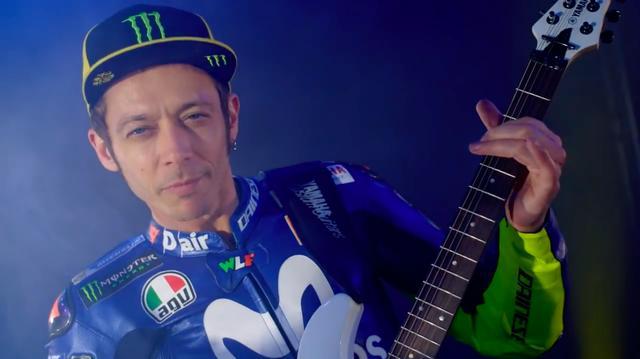 画像: おお! ギターを抱えてノリノリなのは、現役GPレジェンドのバレンティーノ・ロッシ!! www.youtube.com