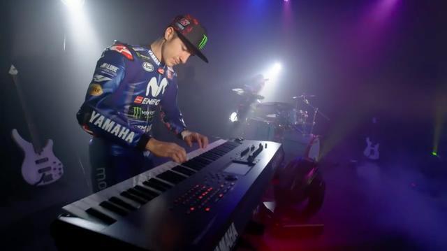 画像: あれ、キーボードを弾いているのは、今年ヤマハ2年目となるマーベリック・ビニャーレスじゃありませんか? www.youtube.com