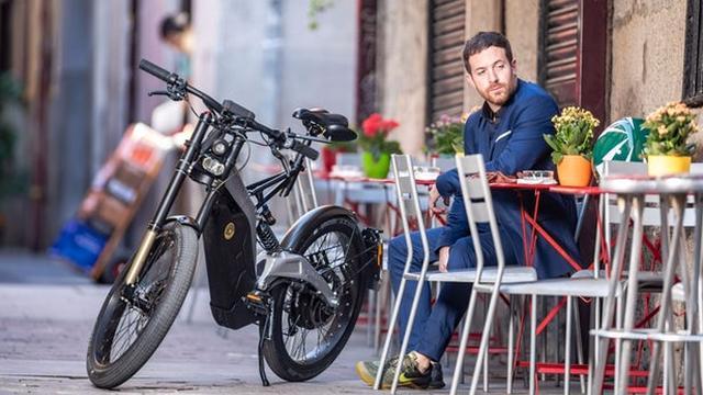 画像: Bultaco Albero cruises city center and hops cafes