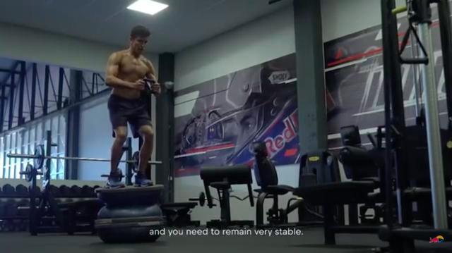 画像: 様々なマシンを使い、全身の筋肉を鍛えます・・・。良い筋肉してますね・・・。 www.youtube.com