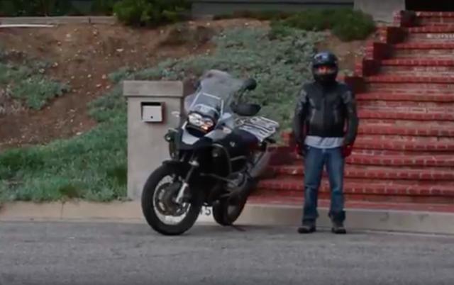 画像: こちらがこの動画の主人公です。車両はちょっと前のR1200GSですね。確かにこのライダー、そんなに背は高くないです・・・。 www.youtube.com