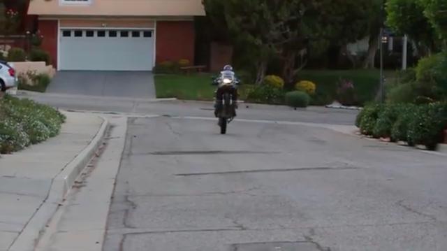 画像: このライダーはなかなかの手練れのようで、ウィリーも楽々とこなします! www.youtube.com