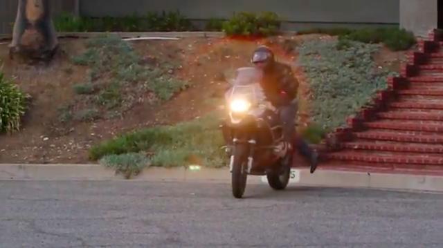 画像: スタートは、いわゆる自転車の「ケンケン乗り」方式ですね。 www.youtube.com
