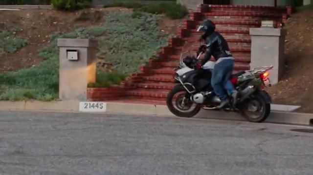 画像: 停車させるときは、ケンケン乗りの逆順で降車してバイクを支えます・・・。 www.youtube.com