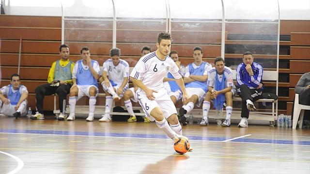 画像: 地元サッカーチームで選手としてプレーしたM.ポジャーリ。かつての輝きを知るロードレースファンとしては、キミが生きる場所はここでいいのか・・・と言ってしまいそうになりますけど・・・。 www.uefa.com