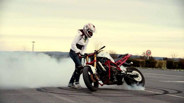 画像: スゴ腕女性ライダー、サラの妙技に刮目せよ! - LAWRENCE(ロレンス) - Motorcycle x Cars + α = Your Life.