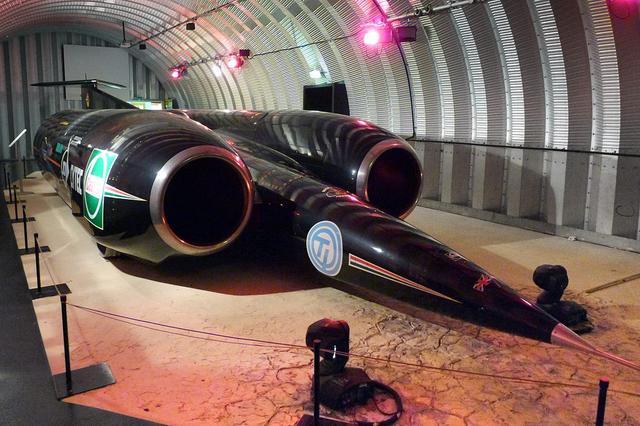 画像: コベントリー交通博物館に展示された「スラストSSC」。まるで翼のないジェット機のような形態です。 en.wikipedia.org