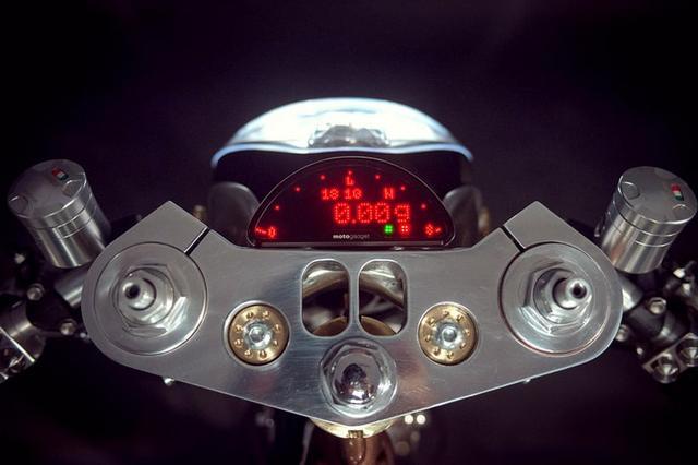 画像: 最近の主流?Motogadget社の 'Motoscope Pro' luxatic.com
