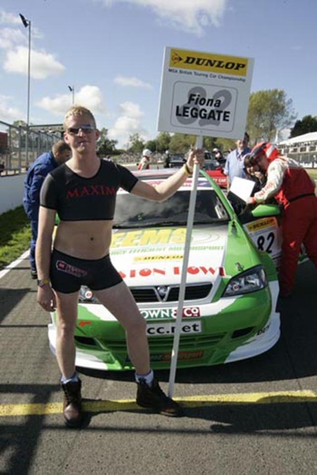 画像: こちらは2005〜2007年に英国ツーリングカー選手権を走った女性ドライバー、フィオナ・レゲートのグリッドボーイです。ちょっと腹筋が油断しすぎでしょ!!(笑)。 www.trackhq.com