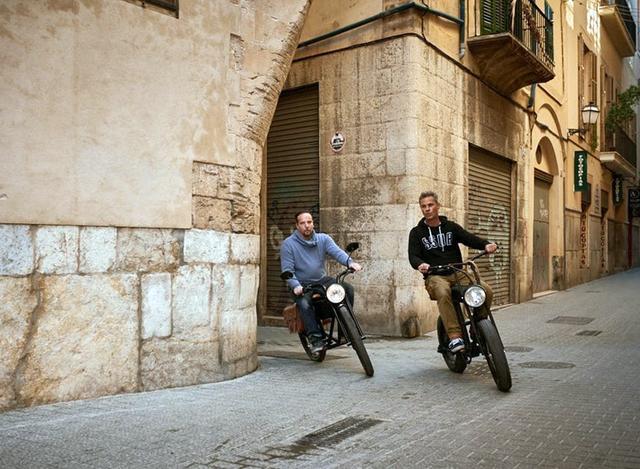 画像: ピューッと街中を移動〜 左の車両にはサイドバッグがついていますね。 www.designboom.com
