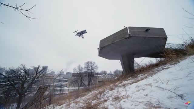 画像: バックフリップ・・・これ、失敗したら命危ないでしょう・・・と不安になるロケーションです。 www.youtube.com