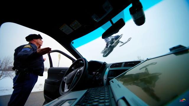 画像: リービの暴れっぷりには、オマワリさんもお手上げです・・・の図? www.youtube.com