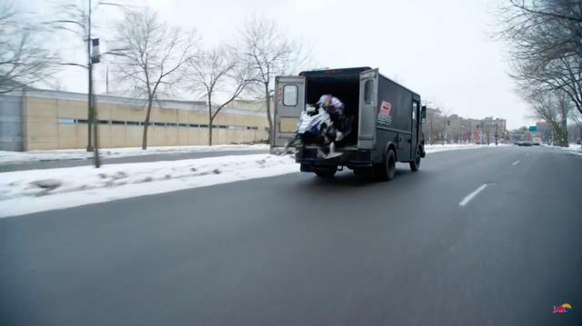 画像: 観音開きのリアドアが開き、リービを乗せたスノーモビルが路上に放たれます! www.youtube.com