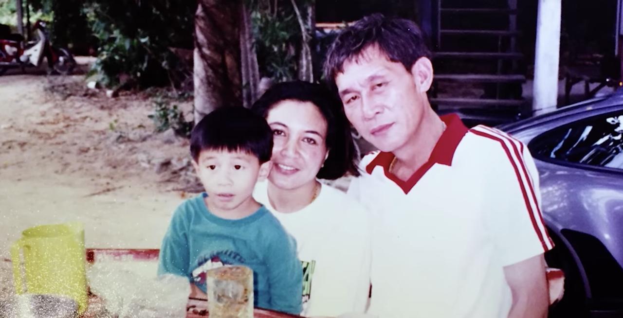 画像: 亡くなったお父様。Najaさんを抱きかかえるのはお母様でしょうか。 www.youtube.com