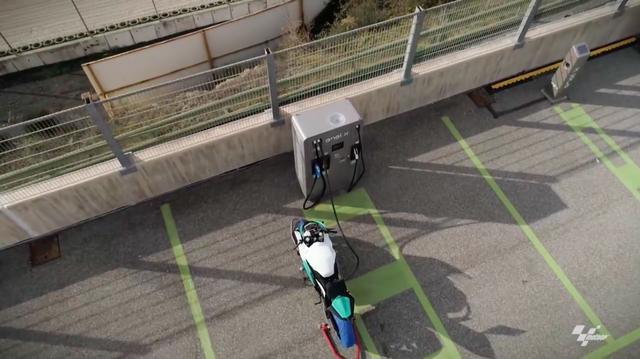 画像: 目指した行き先はサーキットでした・・・。MotoE™ 用マシンの充電に必要な時間は30分。タイトルスポンサーのエネルは、テクニカルパートナーとしてもドルナに協力しており、高速充電サービスを参戦チームに提供することを発表しました。 www.youtube.com