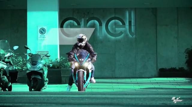 画像: エネル本社の前から、公道仕様のエネルジカ・エゴを発信させるひとりの男・・・。 www.youtube.com