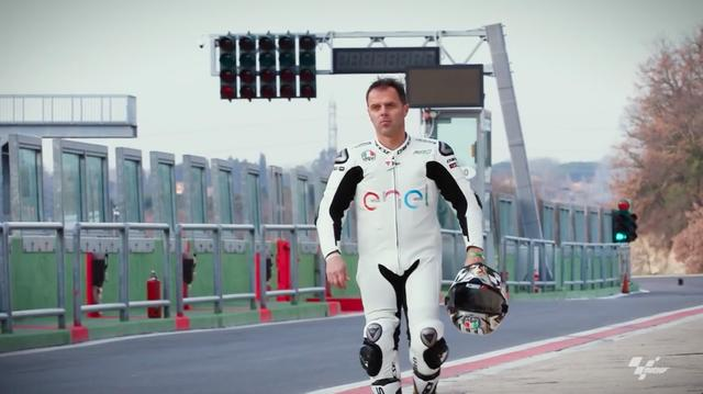 画像: 街乗り用の服装から、レーシングスーツに着替えたロリス・カピロッシ。1990、1991年の世界ロードレース125ccクラス、そして1998年の250ccクラスのタイトルを獲得。MotoGPクラスでもドゥカティやスズキで活躍したイタリアンライダーです。 www.youtube.com