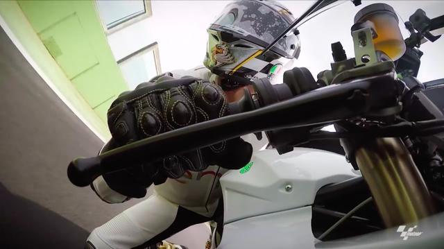 画像: 内燃機関特有の排気音がない電動バイクは、やはりとても静かな走行音です。それでいて、かなりのスピードが出せるのが見る者を何とも不思議な気分にさせます。 www.youtube.com