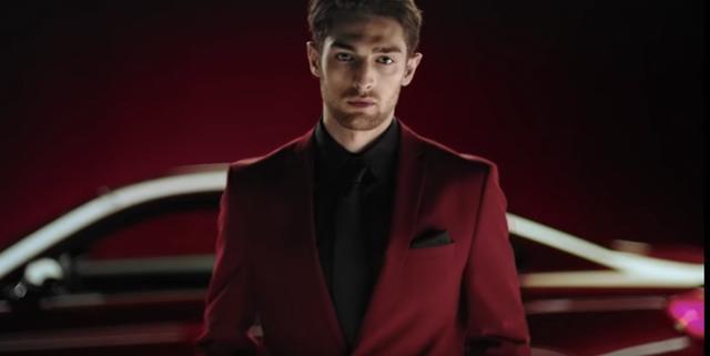 画像: そんでもって自分も赤いスーツで決めちゃえばさ。 www.youtube.com