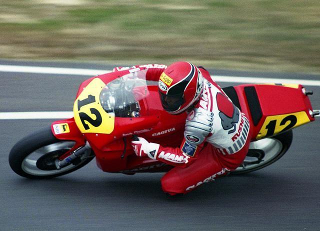 画像: 1989年のR.マモラの勇姿。1988年から3年間は、カジバのファクトリーライダーとしてGP500ccクラスを戦いました。 en.wikipedia.org