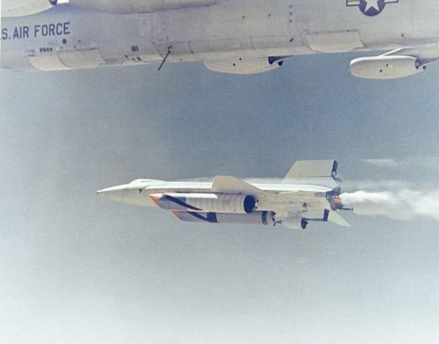 画像: ダミーのラムジェットとシールド・アブレーティブ塗装のテスト飛行をするX-15A2の勇姿! マザーシップのNB-52Bに釣り下げられて離陸し、上空で切り離されてから飛行する方式を採用していました。 en.wikipedia.org