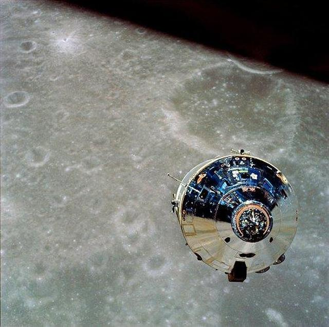 """画像: アポロ10号のCSM""""チャーリー・ブラウン""""。アポロ10号のオペレーションは、初めてカラーのTVカメラで撮影されました。なおサービス・モジュール部は大気圏に突入する前に切り離され、コマンド・モジュール部のみが地球に帰還する仕組みでした。 en.wikipedia.org"""