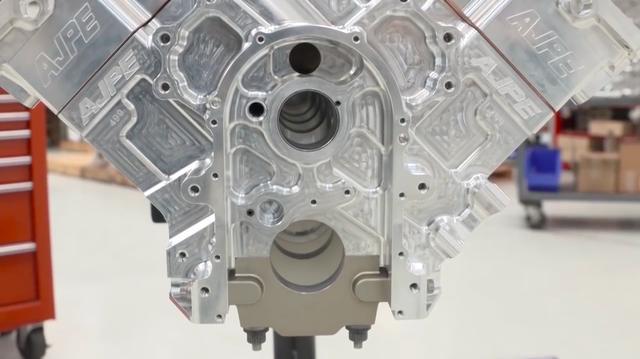 画像: 古典的なV8・OHV2バルブ・・・と侮るなかれ・・・。現代のTF用エンジンはアルミ合金削り出しのブロックと、シリンダーヘッドを採用しています。スリーブは鉄製で、水冷を採用しないのは短時間で競技が終わるため燃料の気化による冷却効果でもなんとかなることと、シリンダー内に水路を設けることによるケース剛性低下の恐れを排除するためです。 www.youtube.com