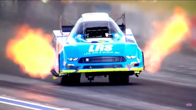 画像: こちらはガワ付きの車体のほぼ中央部にエンジンを積む「ファニーカー」のマシンです。トップフューエルと同じ、ニトロメタン+主にメタノールの燃料を使います。 www.youtube.com