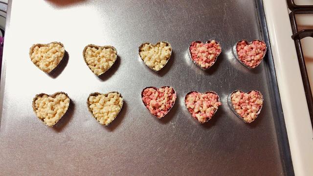 画像: ♡の型に入れます。ハートに入れるとそれだけでバレンタイン感は出ます。