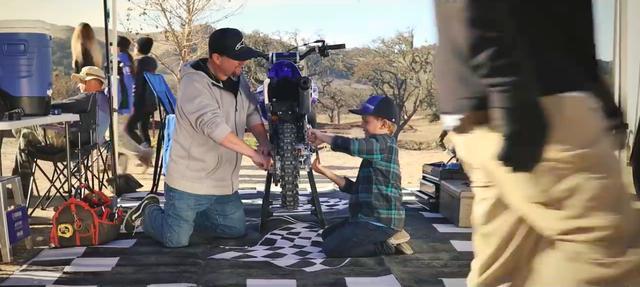 画像: レース前のモトクロスのピットで、息子と一緒にYZ65を整備します・・・(幸せだなぁ)。 www.youtube.com