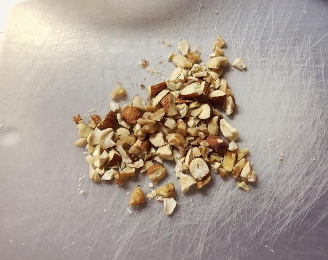 画像: その間にナッツを細かくしてフライパンで軽く煎る。