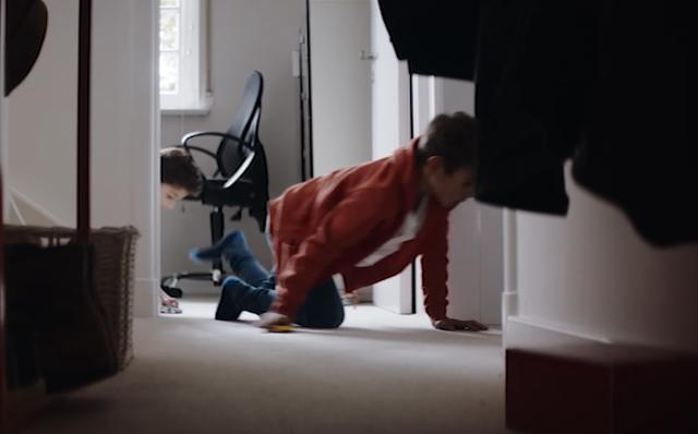 画像: ブオンブォオン!ぶるるん!けたたましいエンジン音を口真似しながら走らせる男の子。微笑ましい。 www.youtube.com