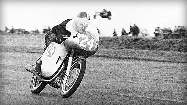画像: 1960年に英国選手権250cc王者となった若きマイク・ヘイルウッドのために開発された、ドゥカティ250ビチンドリカのフェアリングにも、このように「跳ね馬」が2頭描かれています。このマシンは3本のカムシャフトを採用するデスモ機構のシリンダーヘッドをもつ、並列2気筒エンジンを搭載していました。 www.ducati.co.jp