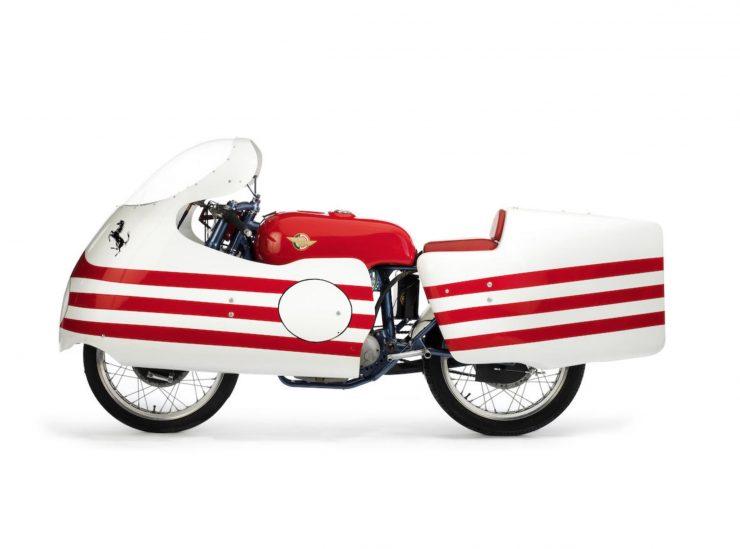 """画像: 1956年のドゥカティ""""トリアルベロ""""。カムシャフトが3本という、ユニークなデザインのデスモ機構を採用する125cc単気筒マシンです。このモデルが記念すべき、ドゥカティ初の「デスモ」搭載車でした。 silodrome.com"""