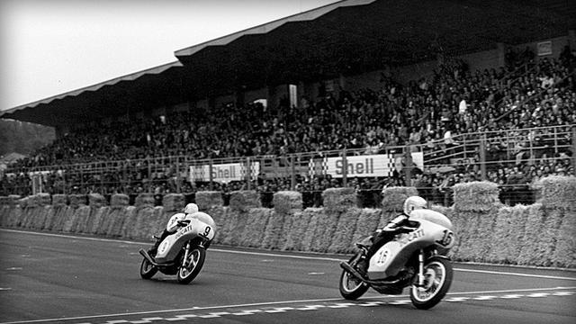 画像: 1972年イモラ200マイル。右が優勝の優勝のP.スマート、左が2位のB.スパジアーリが乗るドゥカティ750デスモレーサーです。市販車の750GTをベースに作られた、初の750ccVツインレーサーでした。 www.ducati.co.jp