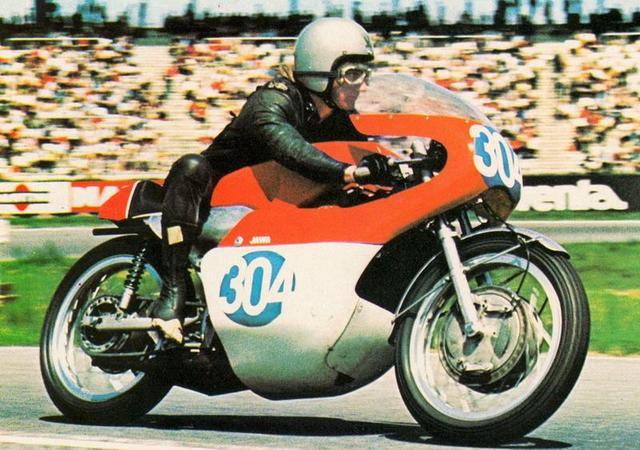 画像: 1969年西ドイツGP350ccクラスで、2位に入ったB.アイビーとヤワのタイプ673。ロータリー・ディスクバルブ方式の水冷2ストロークV4・350ccエンジンから72hp/13,000rpmのパワーを発揮しました。なお乾燥重量は138kgでした。 www.pinterest.jp