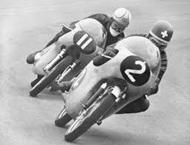 画像: 1962年のダッチTT125ccクラス、EMCに乗るマイク・ヘイルウッドの前を走るL.タベリ。このレースでタベリは、このシーズンの6連勝の2勝目を記録しています。 twitter.com