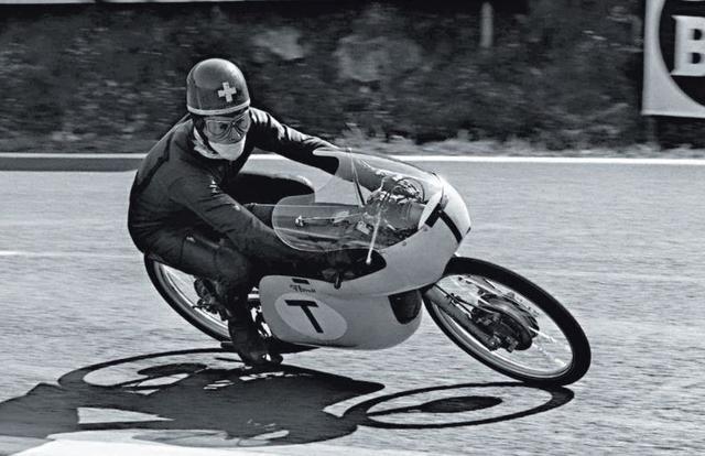 画像: 1964年、クライドラー50に乗るL.タベリ。西ドイツのモペッドメーカーのクライドラーは、販売戦略を意識してスイス人のタベリやイタリア人のタルキニオ・プロビーニを起用しましたが、手動3段+足動4段の12段変速という複雑な変速機を彼らは上手く扱うことができなかったのが実情でした。 www.metzeler.com