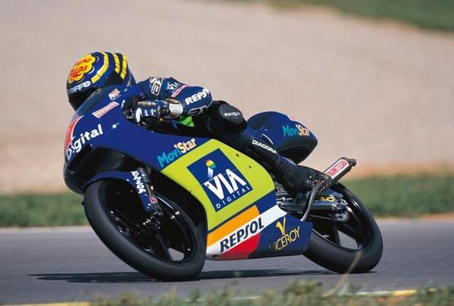 画像: 1999年、125ccクラスを走るE.アルサモラ。 twitter.com