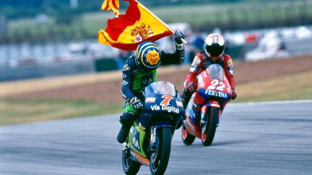 画像: 最後までもつれたタイトル争いを制し、車上で喜ぶE.アルサモラ。 www.motogp.com
